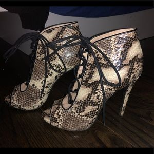 Snake skin heeled lace up booties 👠 HOT!